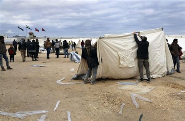 Στην Τουρκία η Μέρκελ για το προσφυγικό -Οι εκτοπισμένοι περιμένουν στα σύνορα