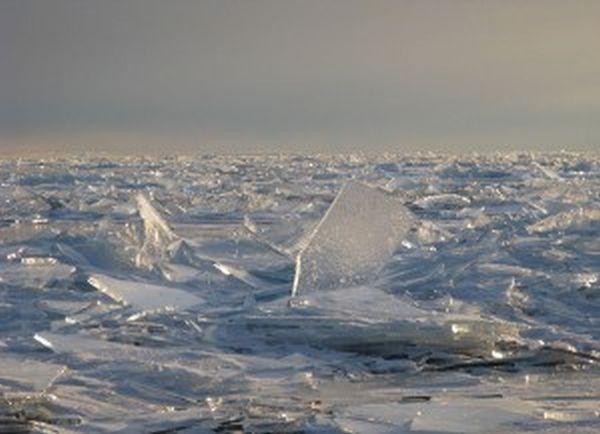Παγωμένη λίμνη σπάει σε κομμάτια (βίντεο)