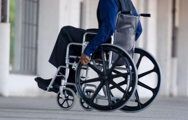 Αναπηρικό καρότσι πρόσφεραν τα «Πουλιά» στο Λιμεναρχείο Σκιάθου