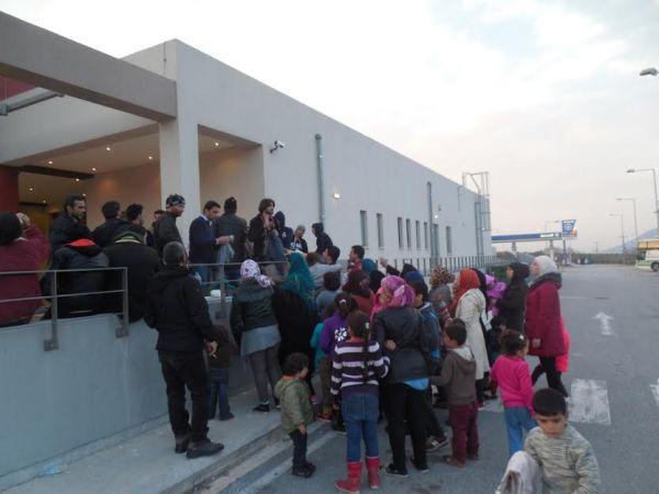 Διένειμε είδη ένδυσης στους πρόσφυγες