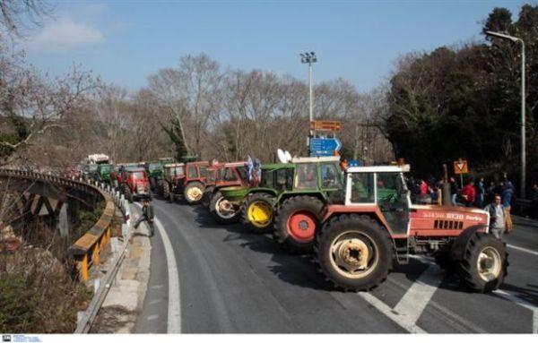 Συνεχίζουν οι αγρότες τον αγώνα τους με μπλόκα και αποκλεισμούς