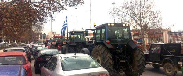 Με τρακτέρ στο υπ. Μακεδονίας-Θράκης οι αγρότες