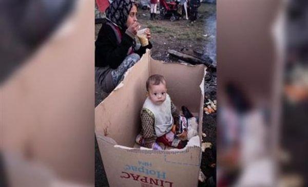 Μωρό ζει μέσα σε χαρτόκουτο στην Ειδομένη