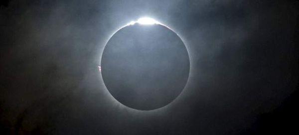 Εντυπωσιακά καρέ από την ολική έκλειψη Ηλίου