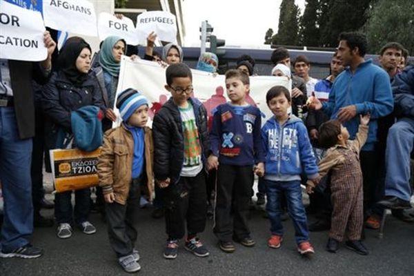 Πορεία προσφύγων από το Σχιστό, ζητούν να ανοίξουν τα σύνορα