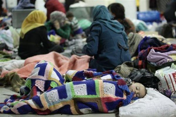 Σε Ν.Μάκρη, Θερμοπύλες και Τρίκαλα μεταφέρονται πρόσφυγες από τον Πειραιά