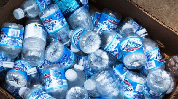 Βακτήριο που τρώει πλαστικά μπουκάλια ανοίγει νέους δρόμους στην ανακύκλωση