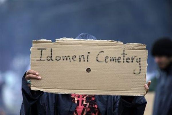 Καθιστική διαμαρτυρία προσφύγων στην αερογέφυρα Πολυκάστρου