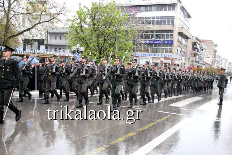 Βροχή και κρύο στη παρέλαση της 25ης Μαρτίου στα Τρίκαλα