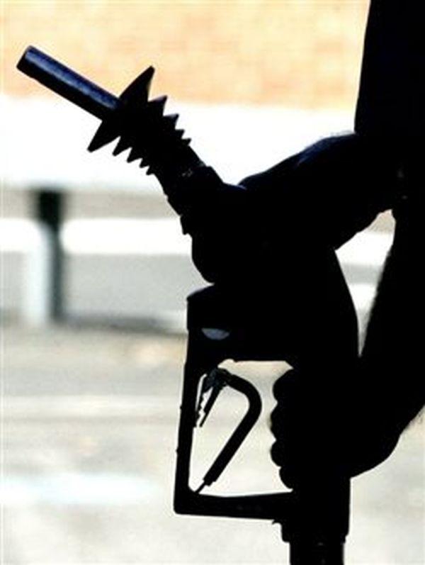 Πλήγμα για καταναλωτές και βιομηχανία οι αυξήσεις τιμών στα καύσιμα