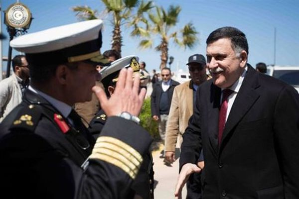 Με πυροβολισμούς και μπλόκα έφτασε στη Λιβύη η «κυβέρνηση ενότητας»