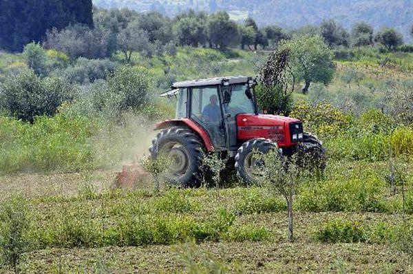 Ειδομένη: Αγρότης όργωνε με τρακτέρ δίπλα στις σκηνές των προσφύγων