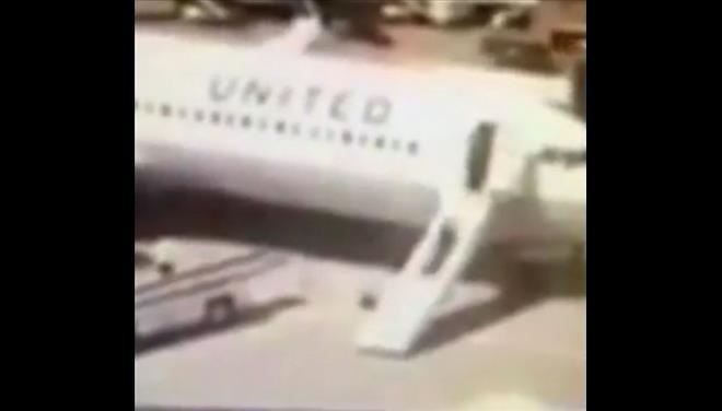 Αεροσυνοδός άνοιξε την τσουλήθρα για να κατεβεί από το αεροσκάφος