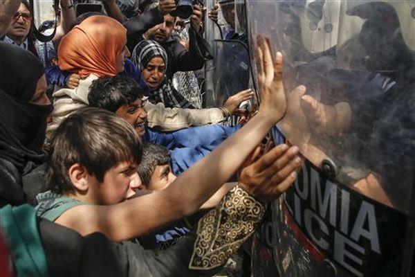 Ειδομένη: Γυναίκες και παιδιά επιχείρησαν να σπάσουν τον αστυνομικό κλοιό (φωτο)