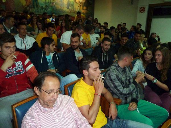 Τρίκαλα: Φοιτητές άναψαν 30 τσιγάρα ταυτόχρονα σε δημοτικό συμβούλιο
