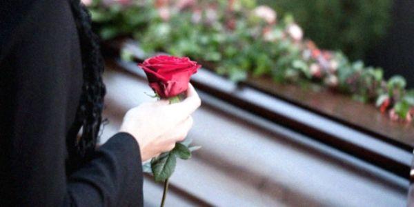 Το Δημόσιο δεν καταβάλλει τα έξοδα κηδείας γιατί δεν προσμετρήθηκαν τα ένσημα