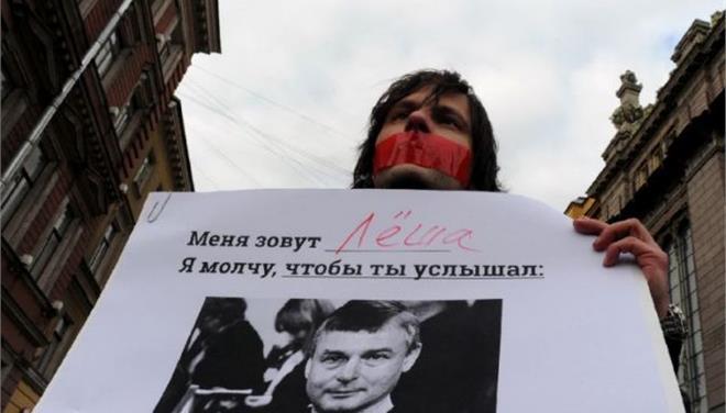 Ρωσία: Καταγγέλλουν «τη σιωπή των αρχών» για τη δολοφονία ομοφυλόφιλου δημοσιογράφου