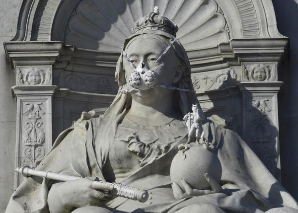 Τα αγάλματα του Λονδίνου «φόρεσαν» μάσκες οξυγόνου