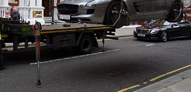 Γερανός σήκωσε πέντε αυτοκίνητα από το κέντρο του Βόλου