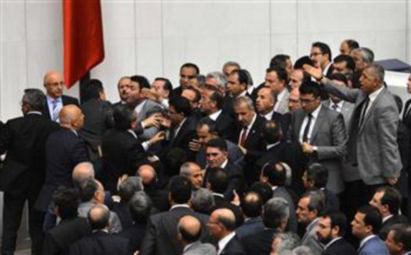 Γροθιές και σπρωξίματα στο τουρκικό κοινοβούλιο για το μεταναστευτικό