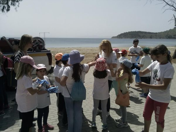 Συνεχίζεται ο καθαρισμός των παραλιών από το Δήμο Βόλου
