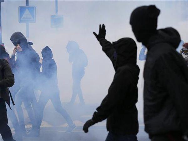Βράζει η Γαλλία για το εργασιακό, μπλόκο της αστυνομίας σε ακτιβιστές