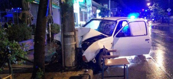 Αυτοκίνητο καρφώθηκε σε κολώνα στη Λάρισα