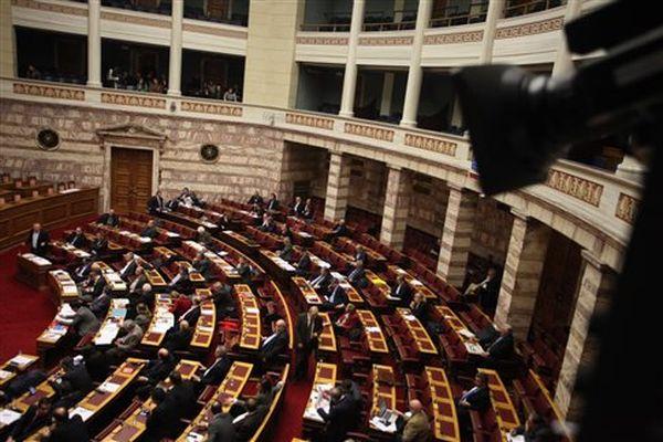 Με ένταση ξεκίνησε στην Ολομέλεια η συζήτηση του πολυνομοσχεδίου