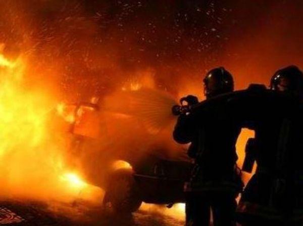 Λάρισα: Αυτοκίνητο στο οποίο επέβαινε οικογένεια πήρε φωτιά εν κινήσει
