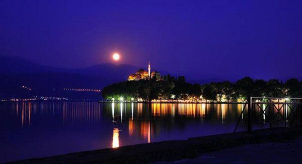 Νυχτερινή βόλτα στη λίμνη των Ιωαννίνων (βίντεο)