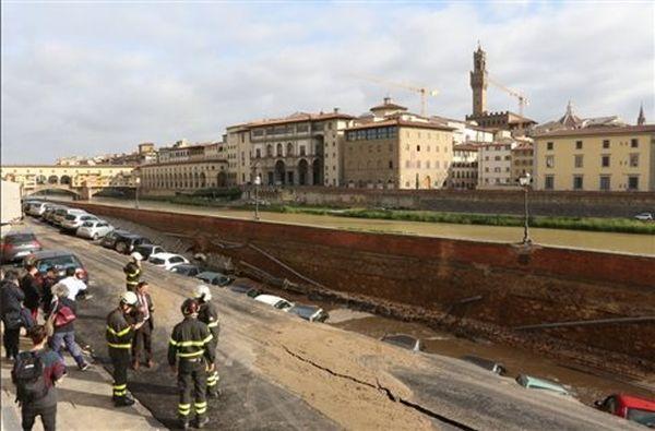 Στο κέντρο της Φλωρεντίας, ο ποταμός κατάπιε δρόμο και αυτοκίνητα