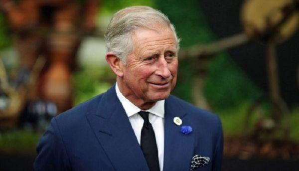 Ταμπλόιντ ισχυρίζεται πως βγάζει τον «πρίγκιπα Κάρολο» να «φιλάει νεαρό»