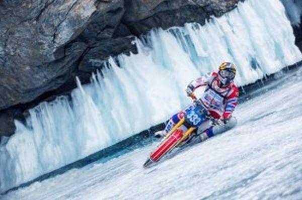 «Χορός» με μοτοσικλέτα στη λίμνη Βαϊκάλη!