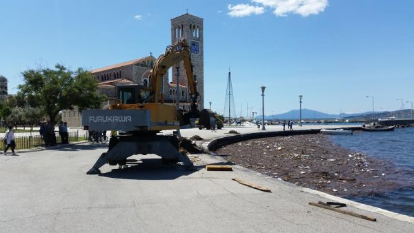 20 τόνοι απορριμμάτων στο λιμάνι ~ Ξύλα, σπασμένες καρέκλες στη θάλασσα