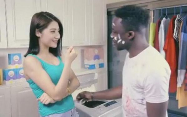 Οργή για ρατσιστική διαφήμιση απορρυπαντικού
