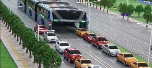 Λεωφορείο «καταπίνει» την κίνηση (βίντεο)