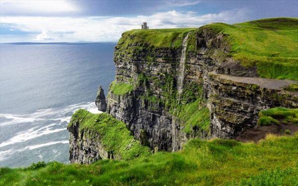 Βόλτα στα άγρια βράχια της Ιρλανδίας (βίντεο)