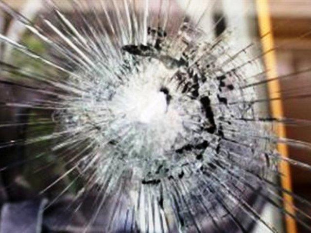 Νεαροί έσπασαν τζαμαρία γαλακτοπωλείου