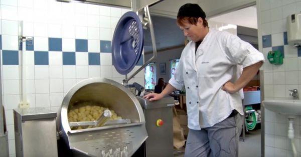 Έβαλαν κάμερες σε σχολικό κυλικείο για να δουν πώς φτιάχνονται τα φαγητά!