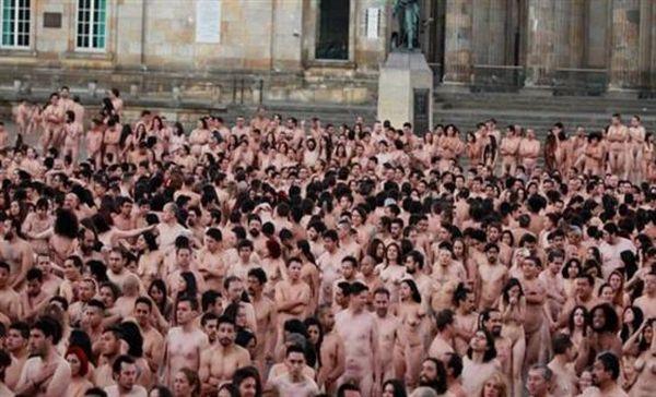 Koλομβία: Χιλιάδες πολίτες πόζαραν γυμνοί για την ειρήνη
