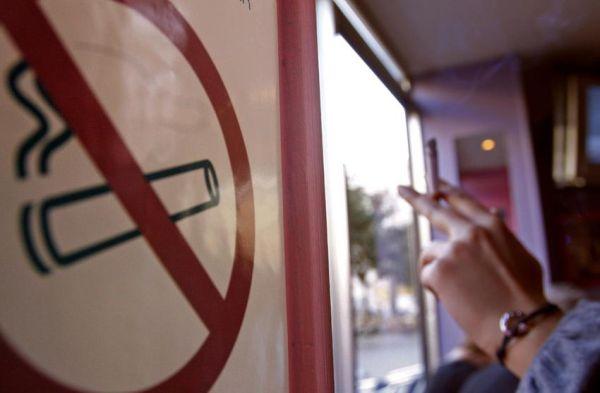 Αυστηροποιείται η εφαρμογή του νόμου για το κάπνισμα στους κλειστούς χώρους