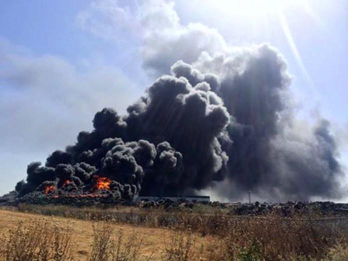 Σε επιφυλακή η Περιφέρεια για τη φωτιά σε εργοστάσιο ελαστικών