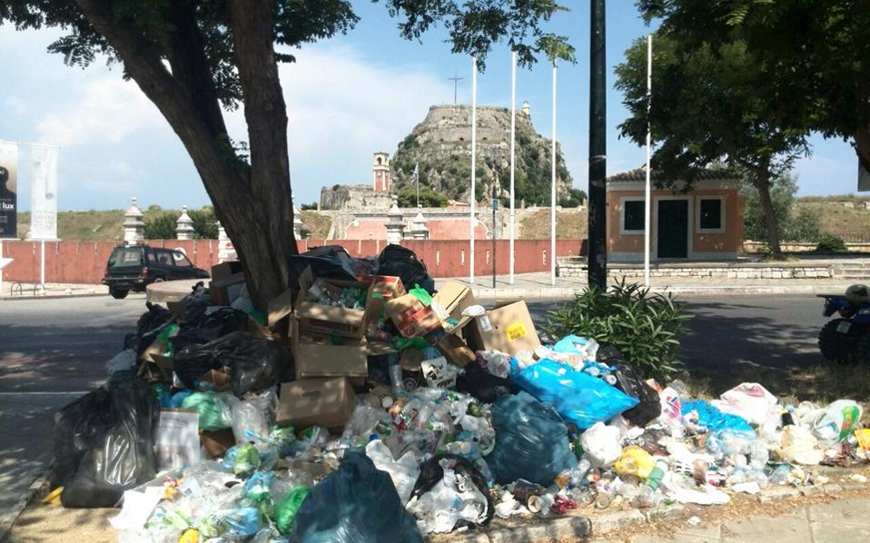 «Πνιγμένη» στα σκουπίδια η τουριστική Κέρκυρα
