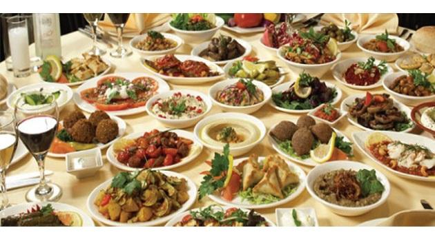 Τραπέζι ελληνικών προϊόντων για 2.000 άτομα στην παραλία
