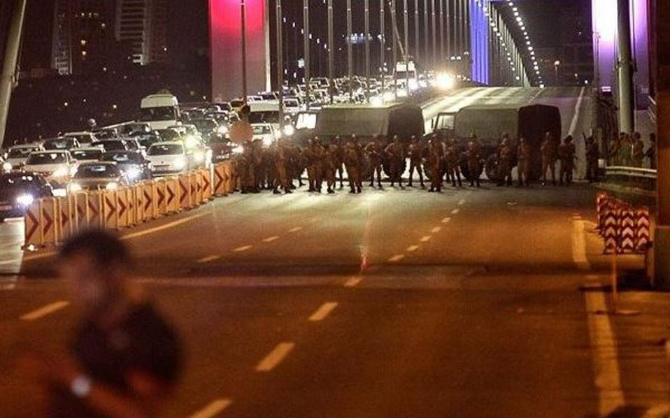 Reuters: Άρματα μάχης άνοιξαν πυρ στο κτήριο της τουρκικής εθνοσυνέλευσης