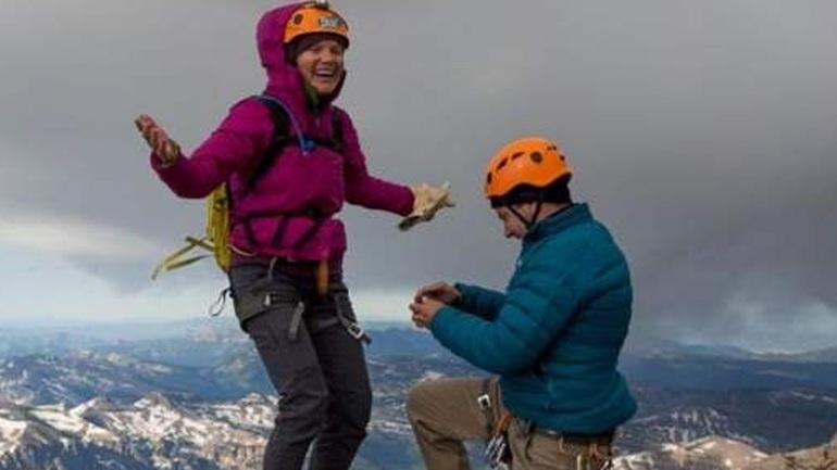 Έκανε πρόταση γάμου στα 4.000 μ. και του έπεσε το δαχτυλίδι!