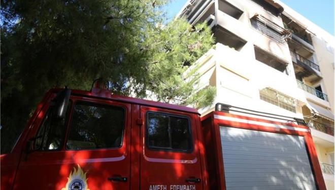 Στις φλόγες πολυκατοικία στον Πειραιά - πυροσβέστες απεγκλώβισαν βρέφος