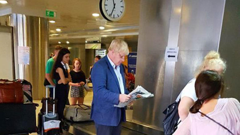 Ο Mr Βrexit Μπόρις Τζόνσον ...δραπέτευσε στη Χαλκιδική