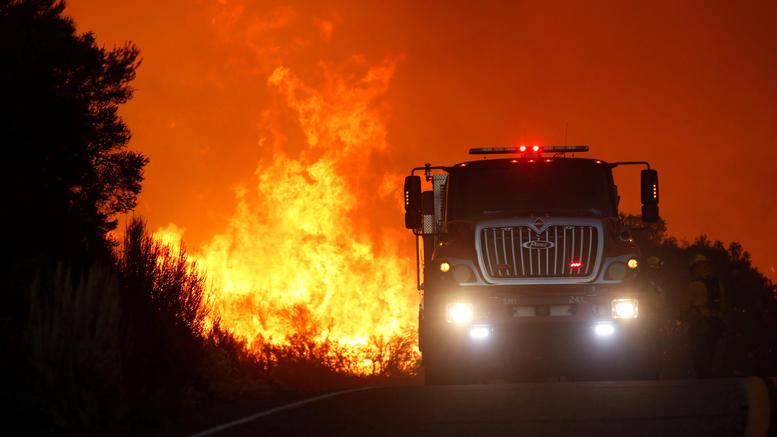 Μάχη με τις φλόγες δίνουν οι πυροσβέστες στην Καλιφόρνια. Εκλεισε ο πύργος Χιρστ