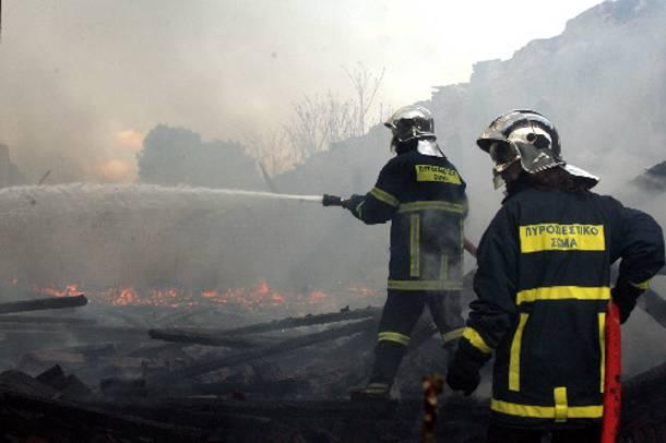 Τρεις πυροσβέστες τραυματίστηκαν από ανατροπή του οχήματός τους